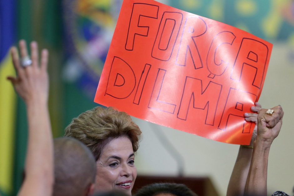 """La presidenta brasileña Dilma Rousseff pasa junto a un leterro que dice """"Fuerza Dilma"""" en portugués durante la ceremonia del Programa de Lanzamiento de Nuevas Universidades Federales en el Palacio Presidencial de Planalto, en Brasilia, el lunes 9 de mayo de 2016. (Foto AP/Eraldo Peres)"""