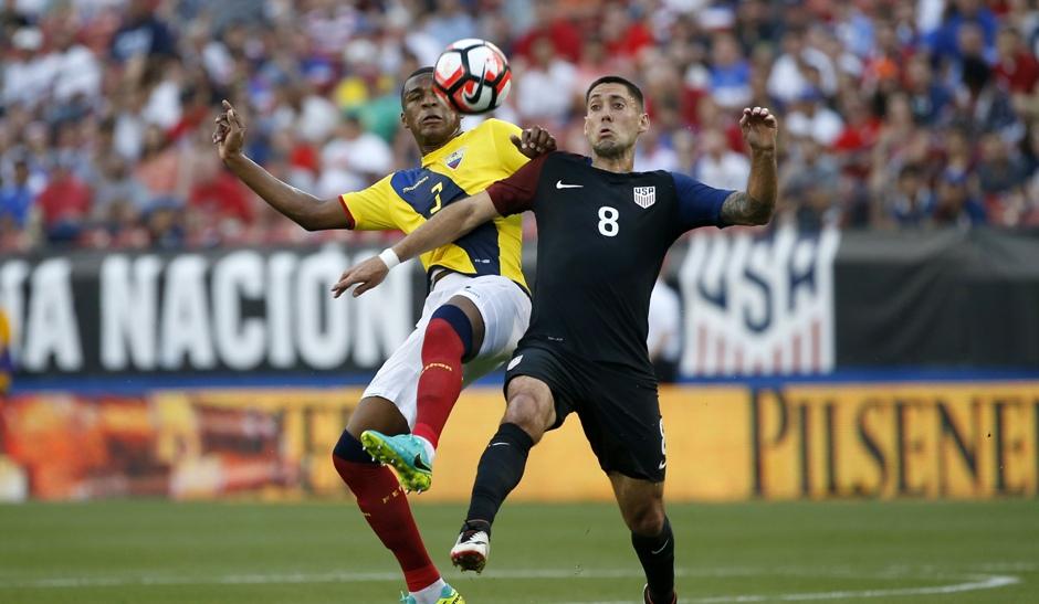 El jugador Frickson Erazo (i) de Ecuador disputa el balón con Clint Dempsey (d) hoy, miércoles 25 de mayo de 2016, durante un partido amistoso entre Estados Unidos y Ecuador que se disputa en el estadio Toyota en Frisco, Texas (Estados Unidos). EFE/Ron Jenkins