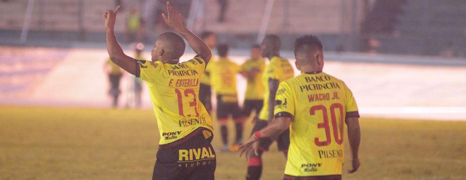 GUAYAQUIL - ECUADOR (11-05-2016). Partido Emelec - Barcelona, Clásico del Astillero, jugado en el estadio Modelo, válido por la Fecha 8 del Campeonato Ecuatoriano 2016. API FOTO / ARIEL OCHOA