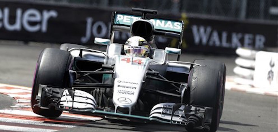 Lewis Hamilton conduce su Mercedes rumbo a la victoria en el Gran Premio de MÛnaco el domingo 29 de mayo de 2016 (AP Foto/Claude Paris)