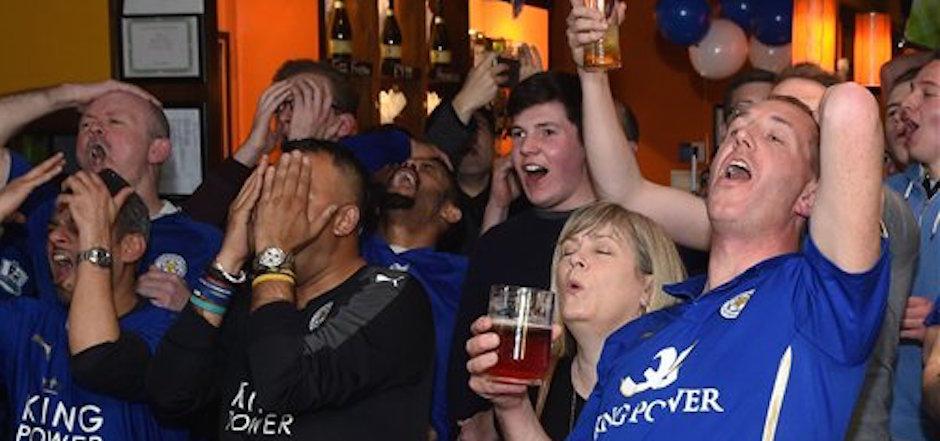 Hinchas de Leicester City observan el partido entre Chelsea y Tottenham Hotspur por la Liga Premier el lunes 2 de mayo de 2016. (Joe Giddens/PA via AP) UNITED KINGDOM OUT NO SALES NO ARCHIVE