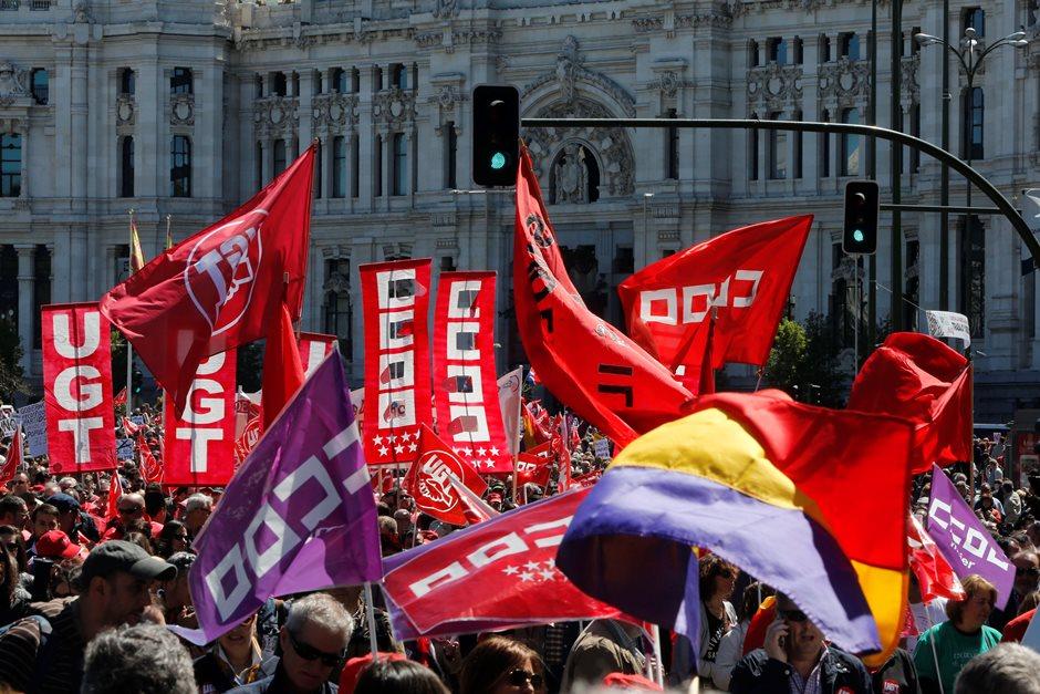 Miles de personas participan en la manifestación de Madrid del 1 de mayo, convocada por CCOO y UGT, que arrancó pasadas las doce del mediodía de la Plaza de Neptuno y a la que, en esta ocasión, en un escenario de precampaña electoral, se han sumado representantes de PSOE, Ciudadanos, Podemos e IU. EFE/Juan Carlos Hidalgo