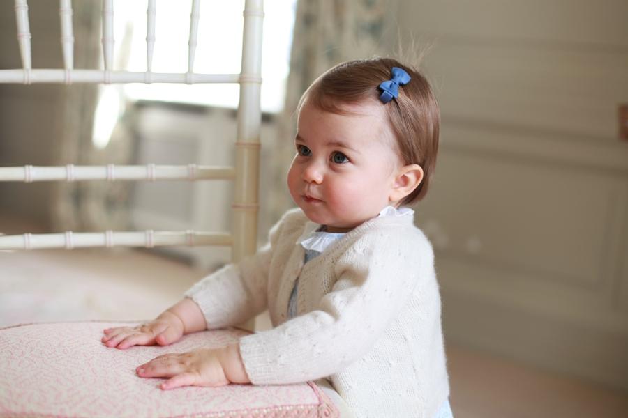 En esta foto sin fecha difundida el domingo 1 de mayo de 2016 por el palacio de Kensington se ve a la princesa Charlotte, en Anmer Hall, en Norfolk, Inglaterra. La princesa cumple un año el 2 de mayo.  (Kate, duquesa de Cambridge/Kensington Palace via AP)