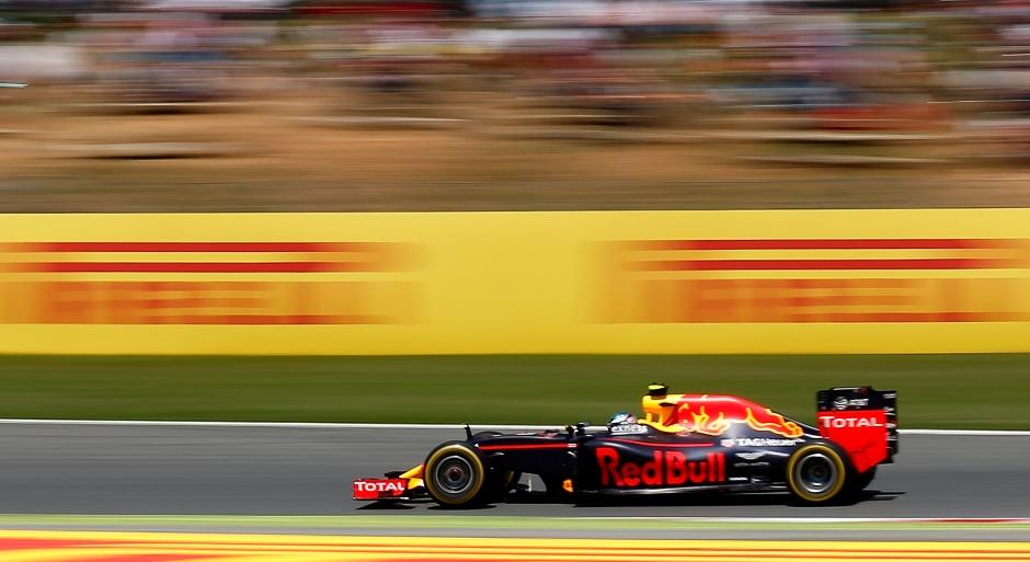 El piloto de Red Bull, el holandés Max Verstappen, conduce sobre el trazado de Cataluña del Gran Premio de España de Fórmula Uno el domingo 15 de mayo de 2016. (Foto AP/Manu Fernandez)