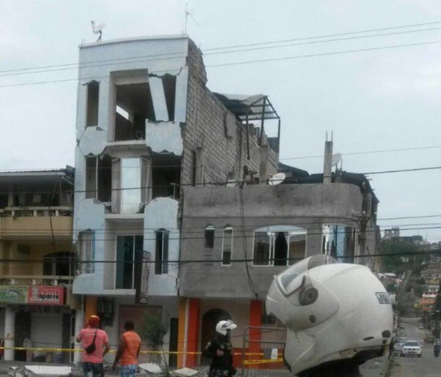 Fotografía tuiteada por la Policía de Ecuador, a las 08h00 del 18 de mayo de 2016, tras el sismo 6.8.