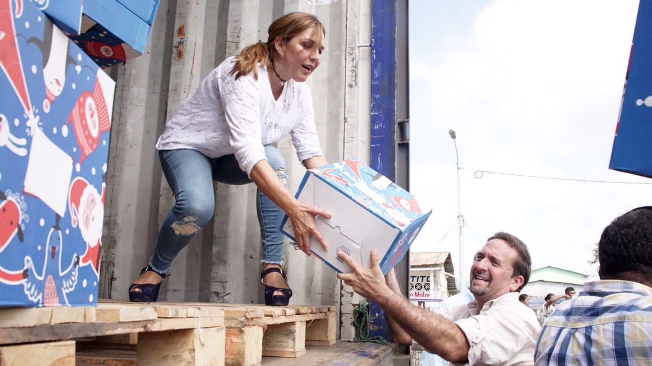 María de Lourdes Alcívar, con el director de CREO, César Monge, entregando ayuda humanitaria en Bahía de Caráquez, el 4 de mayo de 2016.