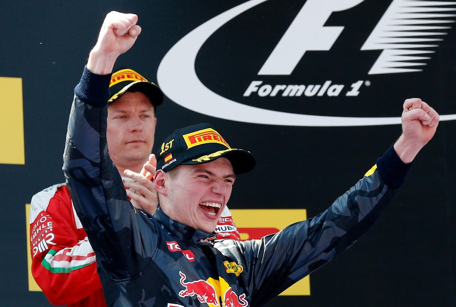 El piloto de Red Bull Max Verstappen, de Holanda, celebra en el podio, mientras al fondo el conductor de Ferrari, Kimi Raikkonen, aplaude. Verstappen ganó el Gran Premio de España de Fórmula Uno el domingo 15 de mayo sobre el circuito de Montmeló, a las afiueras de Barcelona. (Foto AP/Manu Fernandez)