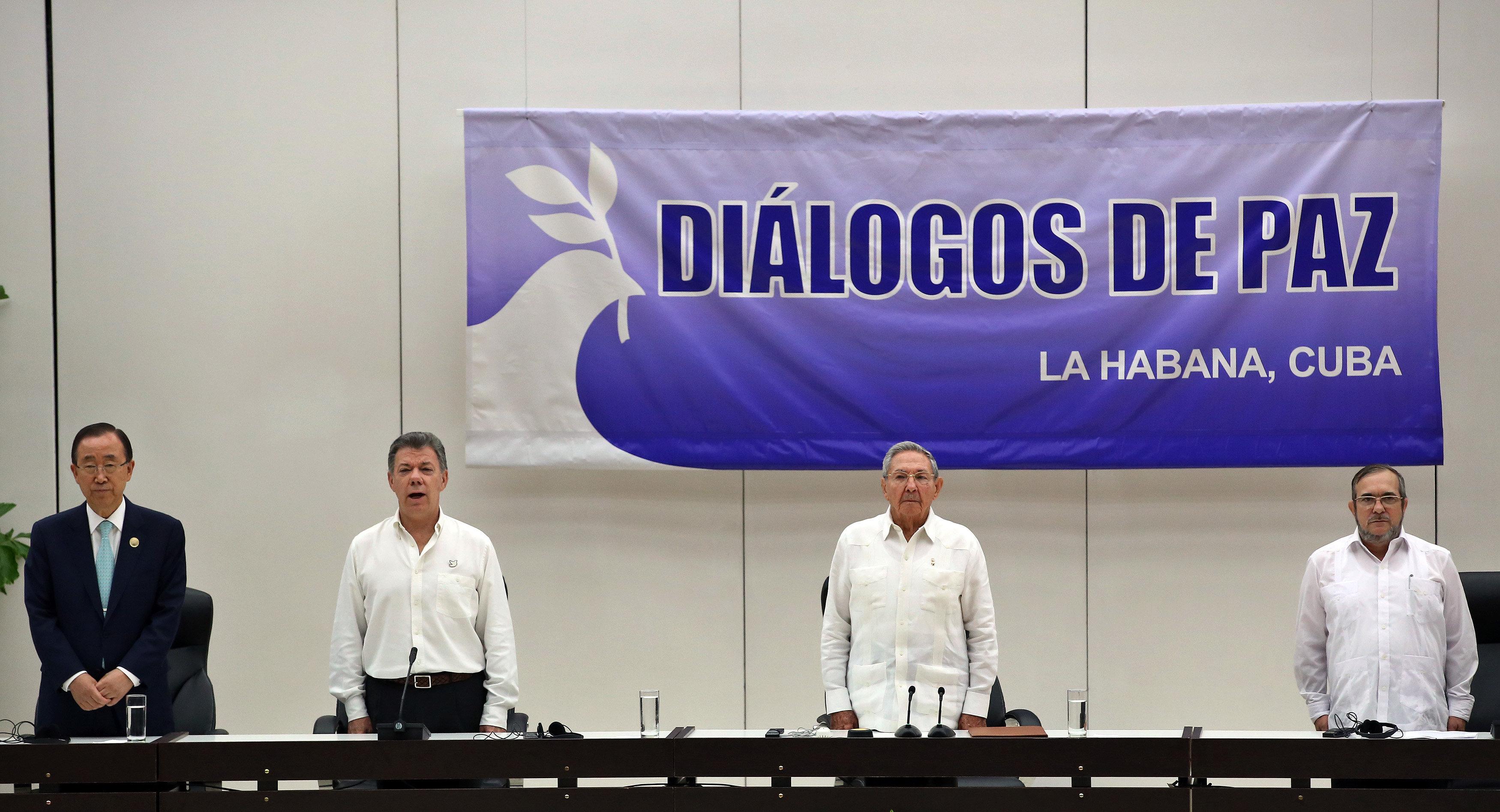 """De izquierda a derecha, el secretario general de las Naciones Unidas, Ban Ki-moon; el presidente de Colombia, Juan Manuel Santos; el presidente de Cuba, Raúl Castro y el delegado de las FARC en Cuba, Rodrigo Londoño Echeverri, alias """"Timochenko"""", participan de la ceremonia en La Habana (Cuba) hoy, jueves 23 de junio de 2016, del acuerdo para el cese al fuego en Colombia. El acto para oficializar el acuerdo de cese al fuego bilateral y definitivo en Colombia comenzó hoy en La Habana, encabezado por el presidente Juan Manuel Santos y por Timochenko, máximo líder de las FARC, y con la asistencia de seis presidentes de la región y el secretario general de la ONU. EFE/ALEJANDRO ERNESTO"""