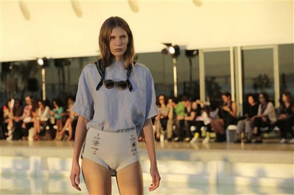 """Una modelo trae puesto un diseño de la colección Osklen durante el evento de moda """"Rio Moda Rio"""" en Río de Janeiro, Brasil, el viernes 17 de junio de 2016. (AP Foto/Silvia Izquierdo)"""