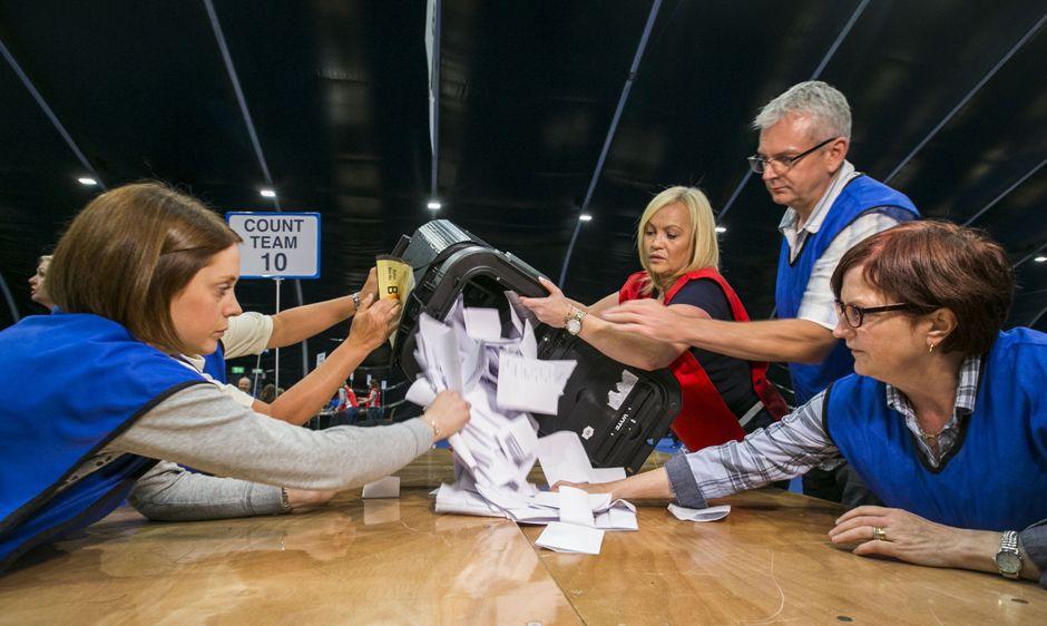 Comienza el conteo de votos sobre el histórico referéndum respecto a la salida o no del Reino Unido del bloque de la Unión Europea, en el Titanic Exhibition Centre, en Belfast, Irlanda del Norte, a última hora del jueves 23 de junio de 2016. (Liam McBurney / PA vía AP)