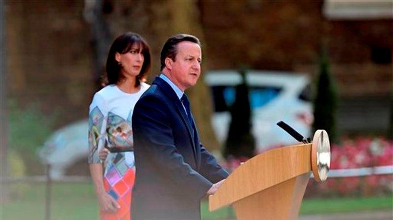 El primer ministyro británico, David Cameron, habla ante el 10 de Downing Street, en Londres, ante la mirada de su esposa Samantha, el viernes 24 de junio de 2016. (Lauren Hurley/PA via AP)
