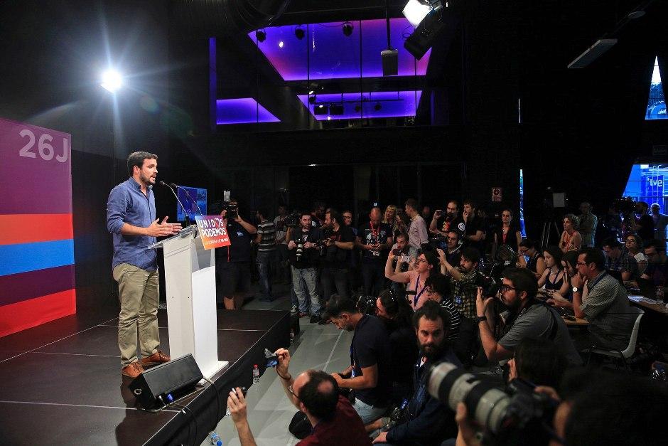 El candidato de Unidos Podemos y líder de IU, Alberto Garzón, durante la rueda de prensa que ha ofrecido en el teatro Goya de Madrid para hacer una primera valoración tras el cierre de los colegios en esta jornada de elecciones generales. EFE/Zipi