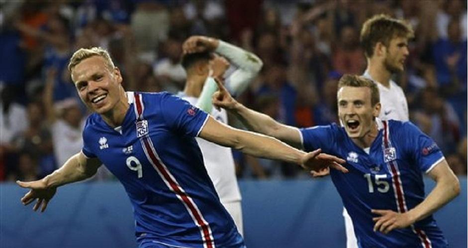 Kolbeinn Sigthorsson (primer plano) festeja tras marcar el segundo gol de Islandia en el partido contra Inglaterra en el partido por los octavos de final de la Eurocopa en Niza, Francia, el lunes 27 de junio de 2016. (AP Foto/Claude Paris)