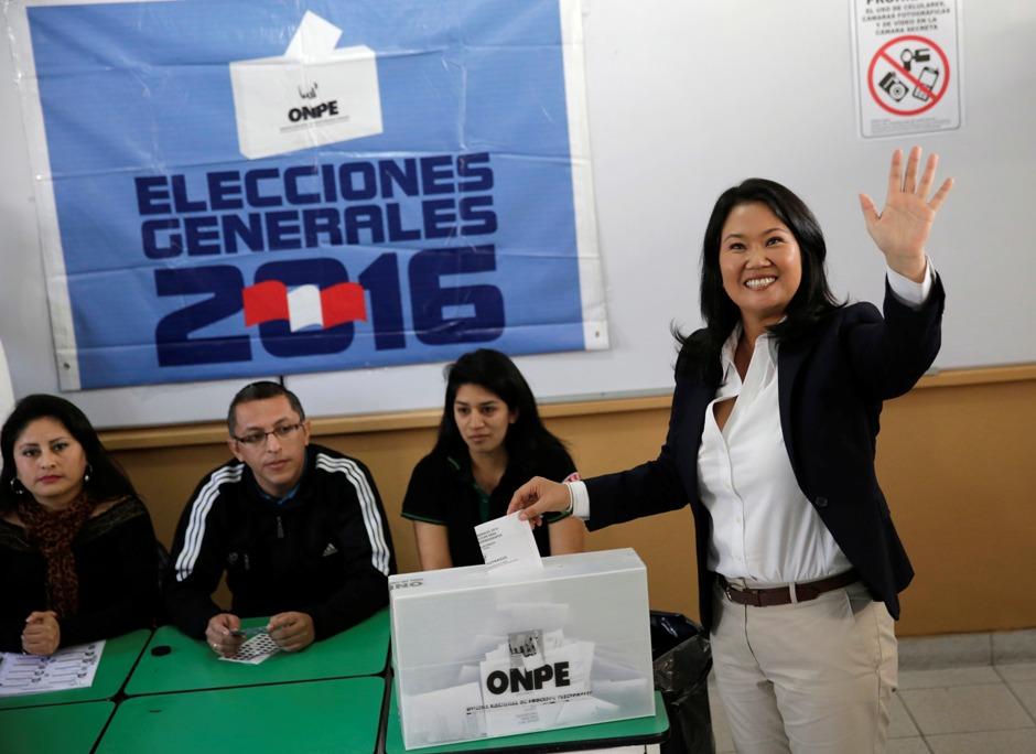 La candidata presidencial Keiko Fujimori acude a votar en Lima, Perú, el domingo 5 de junio de 2016. Los peruanos elegían a su presidente tras una dura batalla electoral entre Fujimori, hija de un ex mandatario, y Pedro Pablo Kuczynski. (AP Foto/Silvia Izquierdo)