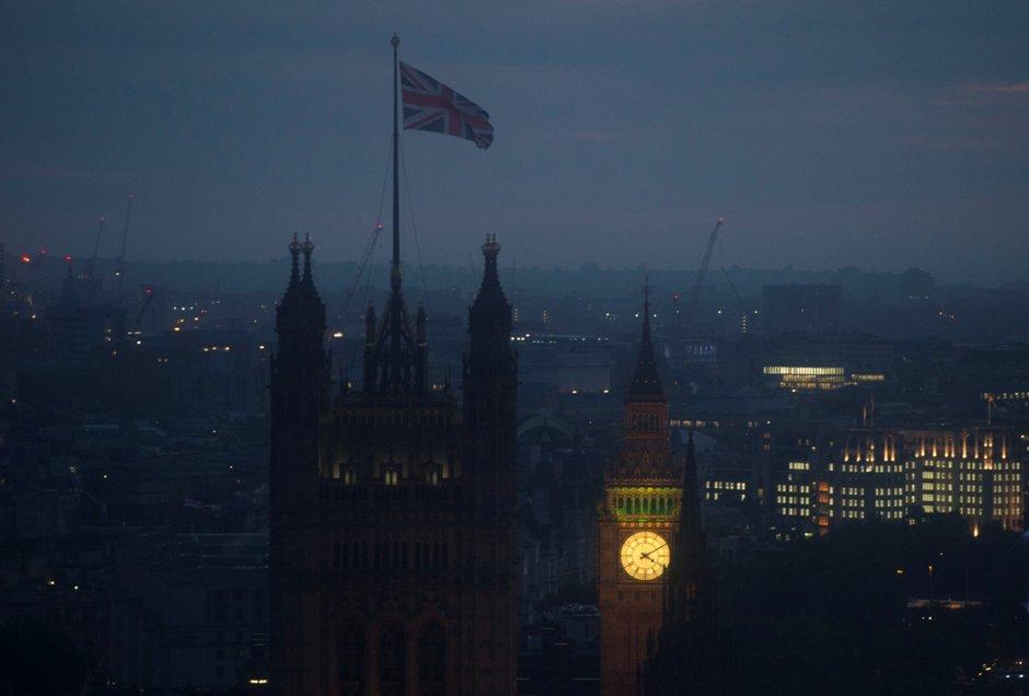 """Fotografía del amanecer sobre la Casa del Parlamento hoy, jueves 23 de junio de 2016, en Londres (R.Unido). El Reino Unido votó por salir de la Unión Europea (UE), según el pronóstico de la cadena británica BBC, cuando los resultados muestran una ventaja del 52 % para el """"brexit"""" y del 48 % por la permanencia en el bloque comunitario. EFE/HANNAH MCKAY"""