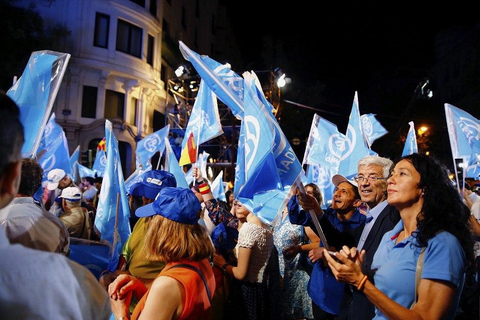 Simpatizantes del Partido Popular junto a la sede del partido en la madrileña calle Génova, tras conocer los primero resultados electorales tras los comicios generales que se han celebrado hoy en España. EFE/J.P.GANDUL