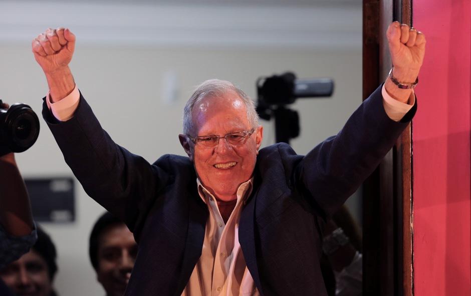 El candidato presidencial Pedro Pablo Kuczynski saluda a sus seguidores durante un breve mitin hoy, domingo 5 de junio de 2016, en una de sus sedes políticas en Lima (Perú). El candidato a la Presidencia de Perú Pedro Pablo Kuczynski roza el triunfo en la segunda vuelta de las elecciones presidenciales de Perú frente a su rival Keiko Fujimori, según el cómputo al 100% de los votos de dos encuestadoras. EFE/Martín Alipaz