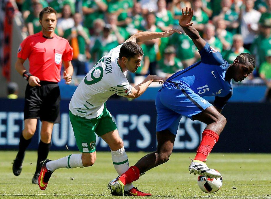 Robbie Brady, de Irlanda, y Paul Pogba de Francia, durante el partido del 26 de junio de 2016. EFE/EPA/ROBERT GHEMENT
