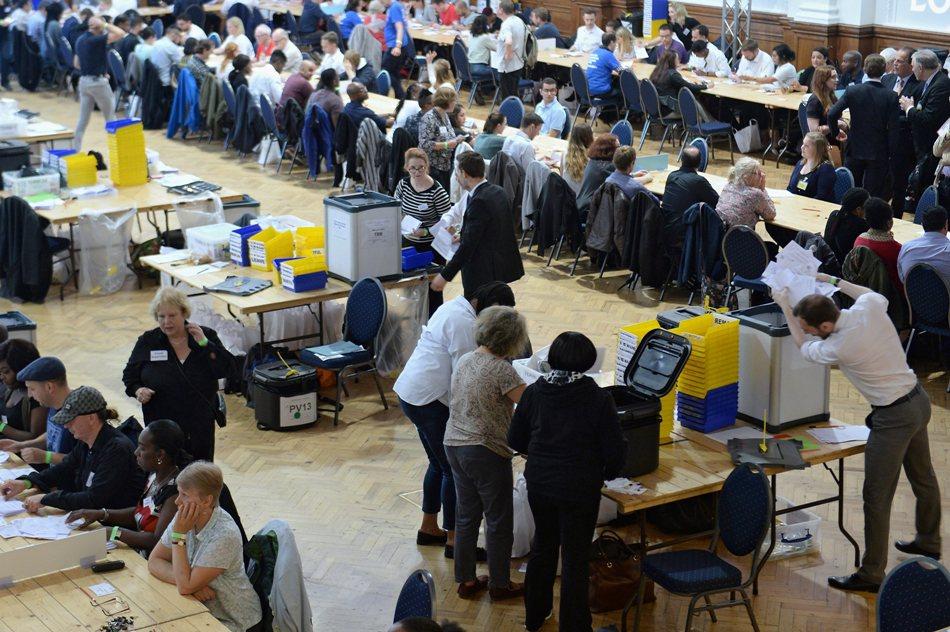 Conteo de votos en las urnas de Westminster, Londres (R.Unido) hoy, jueves 23 de junio de 2016, para el conteo del referendo británico que decidirá si Reino Unido continúa o no en la Unión Europea. EFE/APETER BYRNE