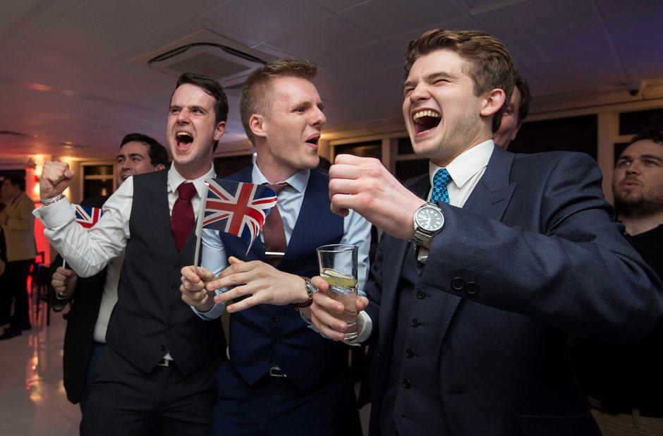 """Un grupo de personas, a favor de la salida del Reino Unido de la Unión Europea, reacciona ante los resultados de un conteo de votos del referendo durante un """"Leave.EU Referendum Party"""" hoy, jueves 23 de junio de 2016, en Londres (Reino Unido). EFE/HANNAH MCKAY"""