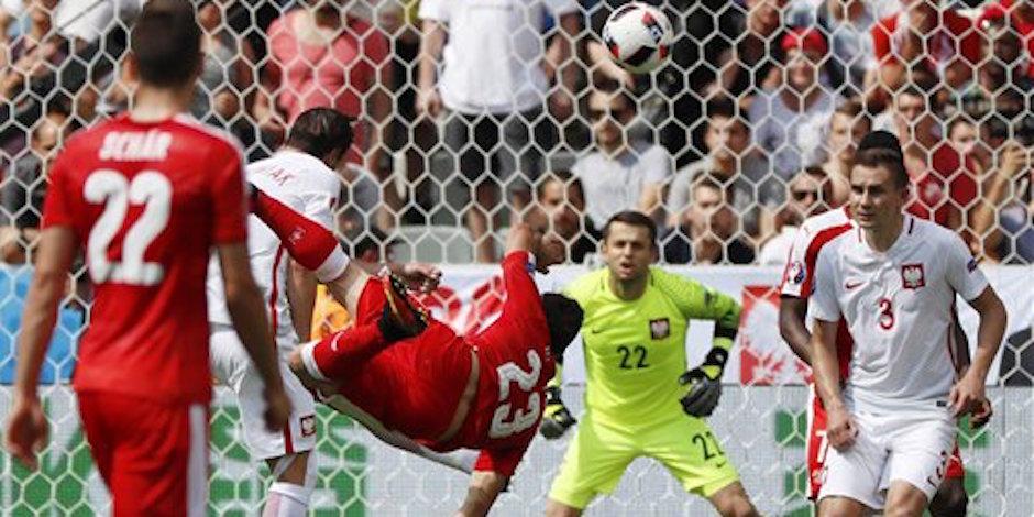Xherdan Shaqiri anota el primer gol de Suiza al rematar de chilena ante Polonia en el partido contra Polonia por los octavos de final de la Eurocopa en Saint-Etienne, Francia, el s·bado 25 de junio de 2016. (AP Foto/Darko Bandic)