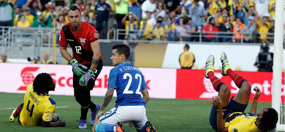 PASADENA (CA, EE.UU.), 04/06/2016.- Coutinho (3d) de Brasil ante Esteban Dreer (2i) de Ecuador durante un partido de la Copa América hoy, 4 de junio de 2016, en Pasadena, Los Ángeles, California. EFE/Juan Carlos Cárdenas