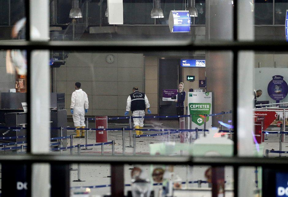 Policías investigan la escena tras un atentado suicida perpetrado hoy, martes 28 de junio de 2016, en el mayor aeropuerto de Estambul, Atatürk, que ha causado al menos diez muertos y una veintena de personasheridas, informó hoy el ministro de Justicia de Turquía, Bekir Bozdag. EFE/SEDAT SUNA