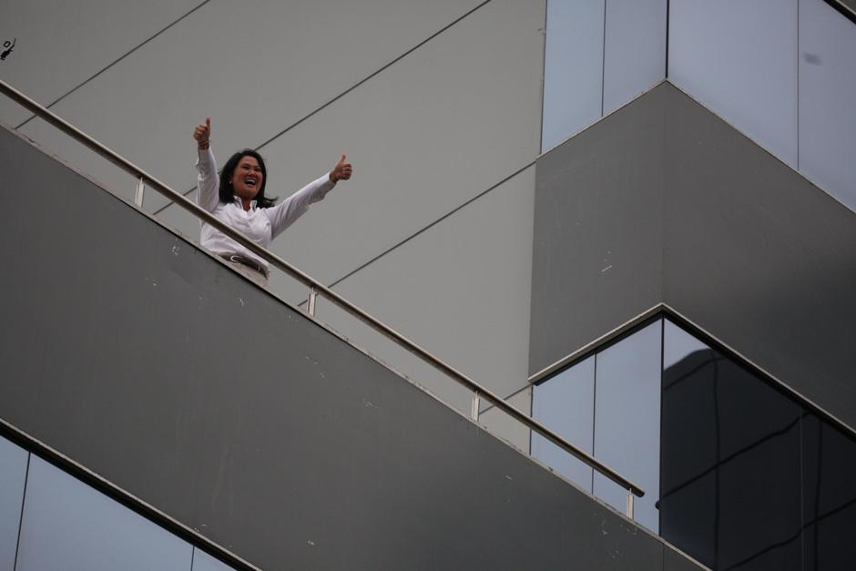 La candidata presidencial por el partido Fuerza Popular, Keiko Fujimori, saluda a sus seguidores hoy, 5 de junio de 2016, desde el balcón del hotel Meliá de Lima. Fujimori y Pedro Pablo Kuczynski, que se disputaron hoy la Presidencia de Perú en una segunda vuelta, mantienen un empate técnico, según sondeos a pie de urna divulgados al cierre de las mesas de votación. EFE/Sebastian Castañeda