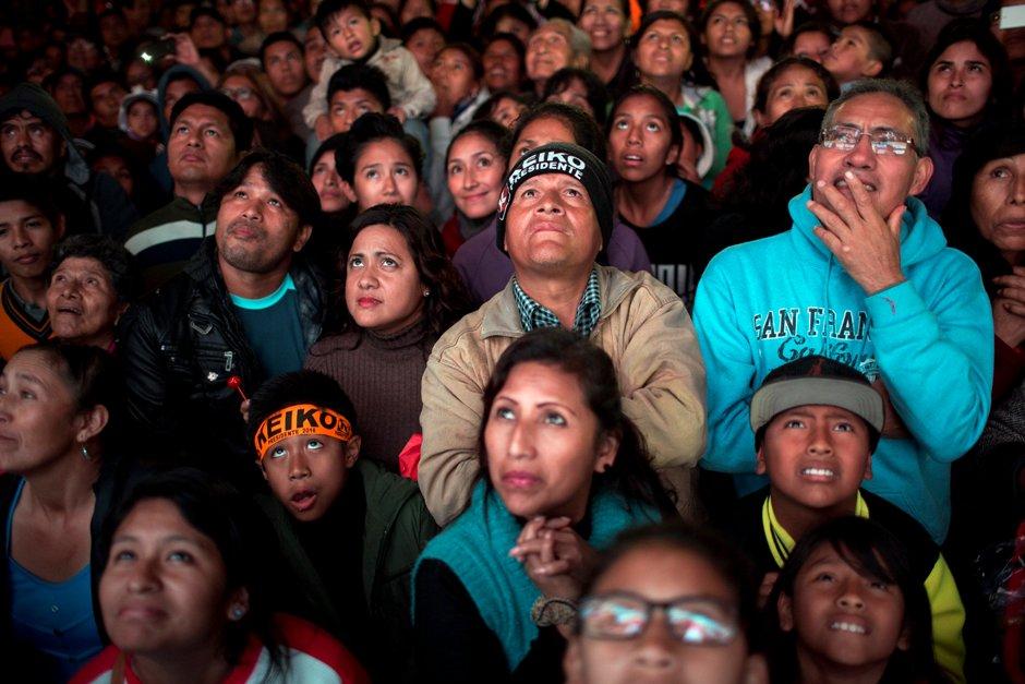 Seguidores de la candidata presidencial Keiko Fujimori observan en una pantalla el acto de su cierre de campaña en Villa el Salvador, en Lima, Perú, el jueves 2 de junio de 2016. El candidato Pedro Kuczynski retomó la delantera en la carrera electoral, aunque todavía dentro del margen de error, frente a su rival Keiko Fujimori cuando falta un día para la segunda vuelta presidencial en Perú, según dos sondeos conocidos por The Associated Press el sábado. (AP Foto/Rodrigo Abd)