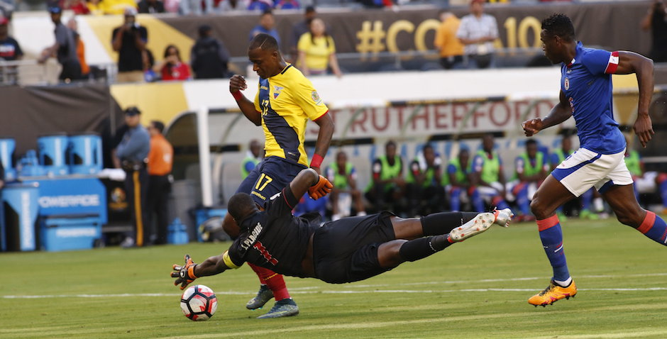 EAST RUTHERFORD, (NJ, EE.UU.), 12/06/2016.-El jugador de la selección de Ecuador Jaime Ayovi (i) anota un gol ante Haití hoy, domingo 12 de junio de 2016, en el juego por el Grupo B de la Copa América Centenario en el estadio MetLife en East Rutherford, New Jersey (EE.UU.). EFE/Kena Betancur