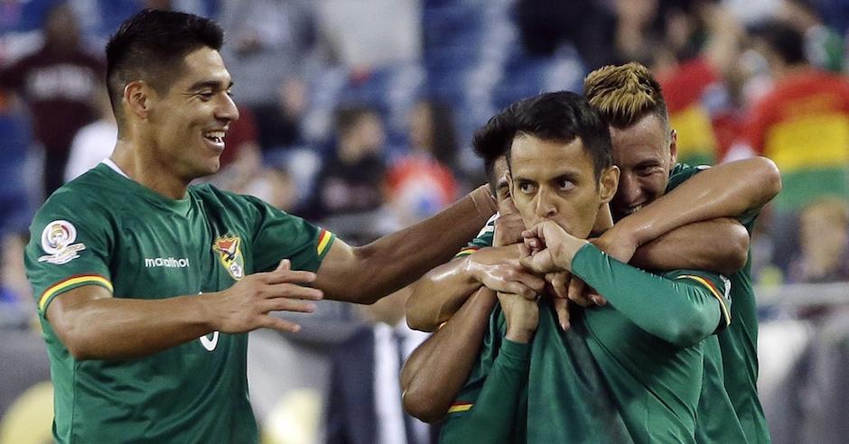 Jhasmani Campos (primer plano a la derecha) festeja con sus compañeros de la selección boliviana tras anotar un gol frente a Chile en la Copa América del Centenario, el viernes 10 de junio de 2016, en Foxborough, Massachusetts (AP Foto/Elise Amendola)