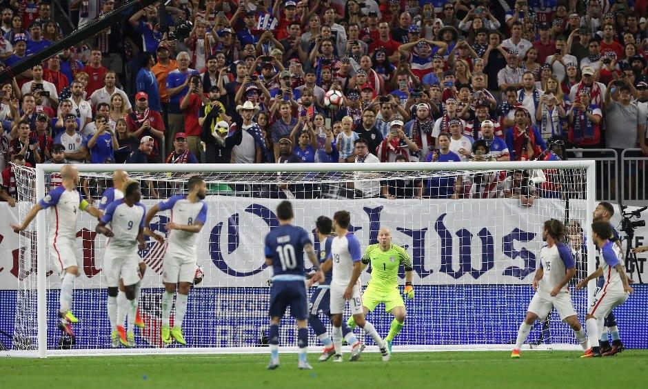Lionel Messi (c) de Argentina marca el segundo gol contra EEUU hoy, martes 21 de junio de 2016, durante un partido por las semifinales de la Copa América Centenario 2016, en el NRG Stadium de Houston (TX, EE.UU.). EFE/David Fernández