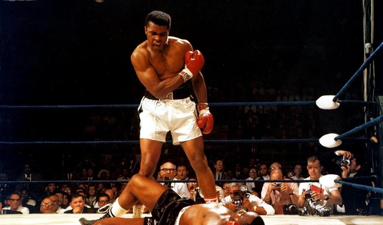 Muhammad Ali, entonces Cassius Clay, vence al campeón Sonny Liston, el 25 de mayo de 1965.