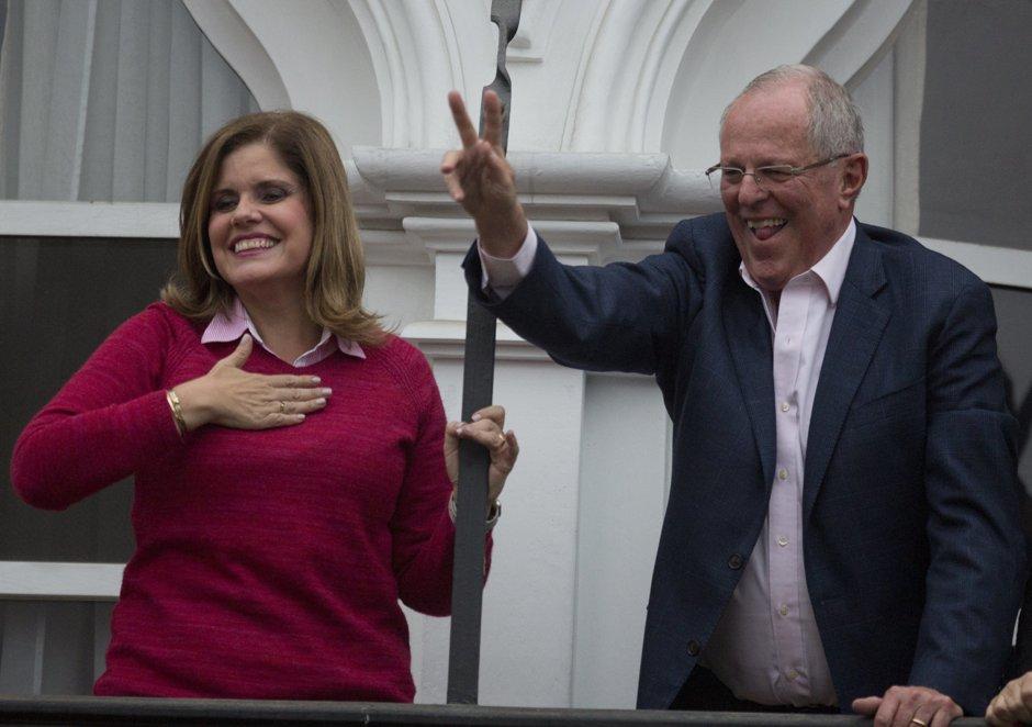 El candidato presidencial Pedro Pablo Kuczynski hace la señal de la victoria mientras celebra en el balcón de su casa junto a su candidata a vicepresidenta Mercedez Araoz en Lima, el domingo 5 de junio de 2016. (AP Foto/Rodrigo Abd)