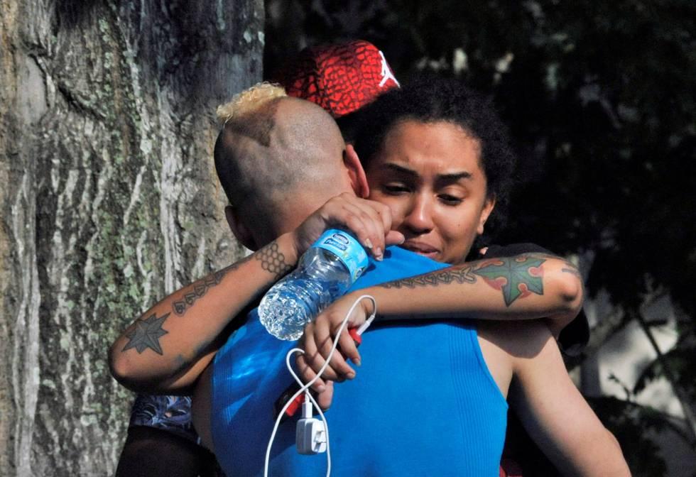 Amigos y familiares de los fallecidos se consuelan frente al cuartel general de la policía de Orlando. STEVE NESIUS (REUTERS)