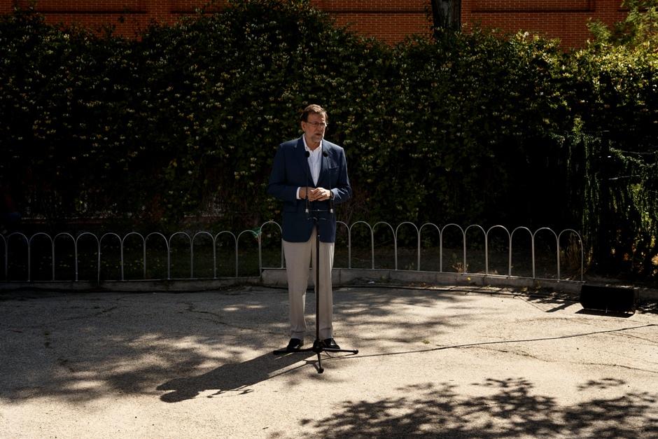 El presidente en funciones y candidato del Partido Popular Mariano Rajoy pronuncia un breve discurso luego de votar en las elecciones generales españolas, en Madrid, domingo 26 de junio de 2016. (AP Foto/Daniel Ochoa de Olza)