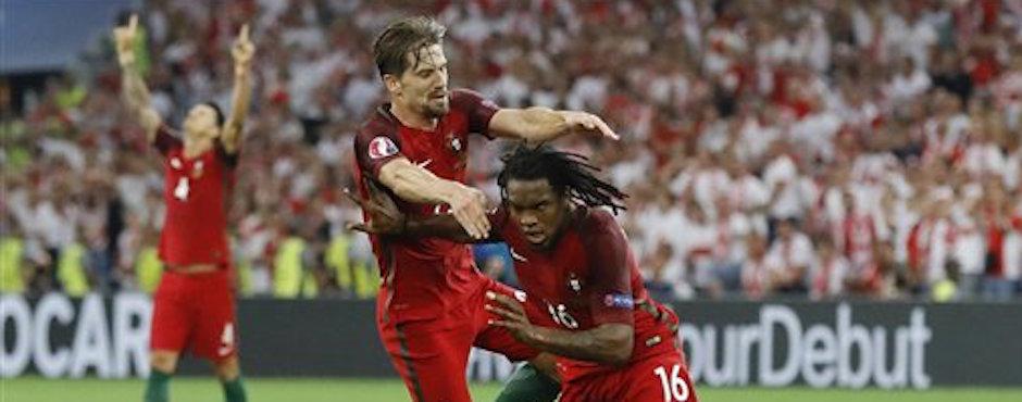 Renato Sanches (derecha) celebra con su compaÒero Adrien Silva tras anotar el primer gol de Portugal ante Polonia en el partido por los cuartos de final de la Eurocopa en Marsella, Francia, el jueves 30 de junio de 2016. (AP Foto/Frank Augstein)