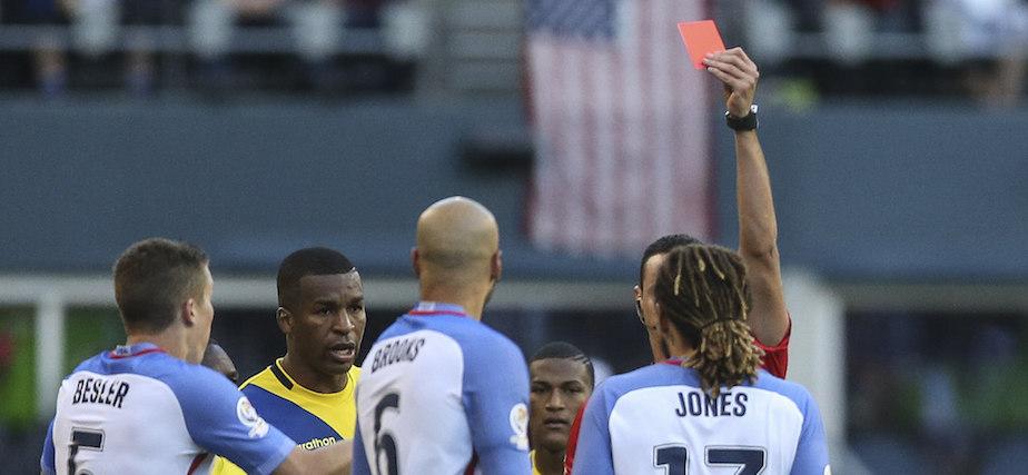 CDA262. SEATTLE (EE.UU.), 16/06/2016.- El árbitro colombiano Wilmar Roldan (d-atrás) expulsa al jugador Jermaine Jones (d) de EE.UU. hoy, jueves 16 de junio de 2016, en el partido entre EE.UU. y Ecuador por la Copa América Centenario en Century Link Field en Seattle (Washington). EFE/DAVID FERNÁNDEZ