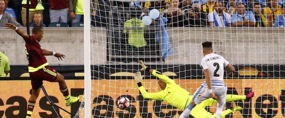FILADELFIA (PA, EE.UU.), 09/06/2016.- El jugador venezolano Salomón Rondón anota un gol ante el portero uruguayo Fernando Muslera (c) hoy, jueves 9 de junio de 2016, durante un partido por el Grupo C de la Copa América entre Venezuela y Uruguay, en el estadio Lincoln Financial Field de Filadelfia, Pensilvania (EE.UU.). EFE/Kena Betancur