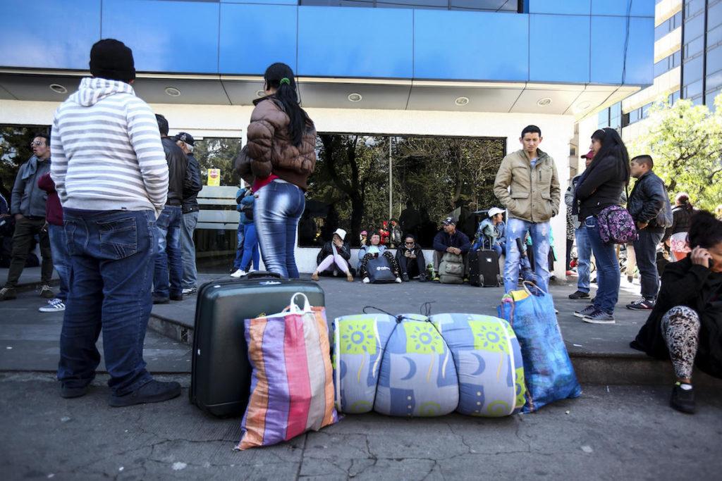 QUITO (ECUADOR), 06/07/2016.- Ciudadanos cubanos esperan a sus compatriotas en las afueras de la Unidad de Flagrancia hoy, miércoles 6 de junio de 2016, en Quito (Ecuador). La Policía desalojó hoy a decenas de cubanos que estaban acampando en un parque público de Quito y que reclaman visas para llegar a México para, desde ahí, ir a EEUU. EFE/José Jácome
