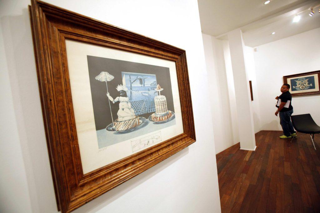 """CIUDAD DE PANAMÁ (PANAMÁ), 12/07/2016. Un visitante aprecia la muestra litográfica """"Las Cenas de Gala"""" del artista español Salvador Dalí, inaugurada hoy, martes 12 de julio de 2016, en el Centro Cultural de España en Ciudad de Panamá. EFE/Alejandro Bolívar"""