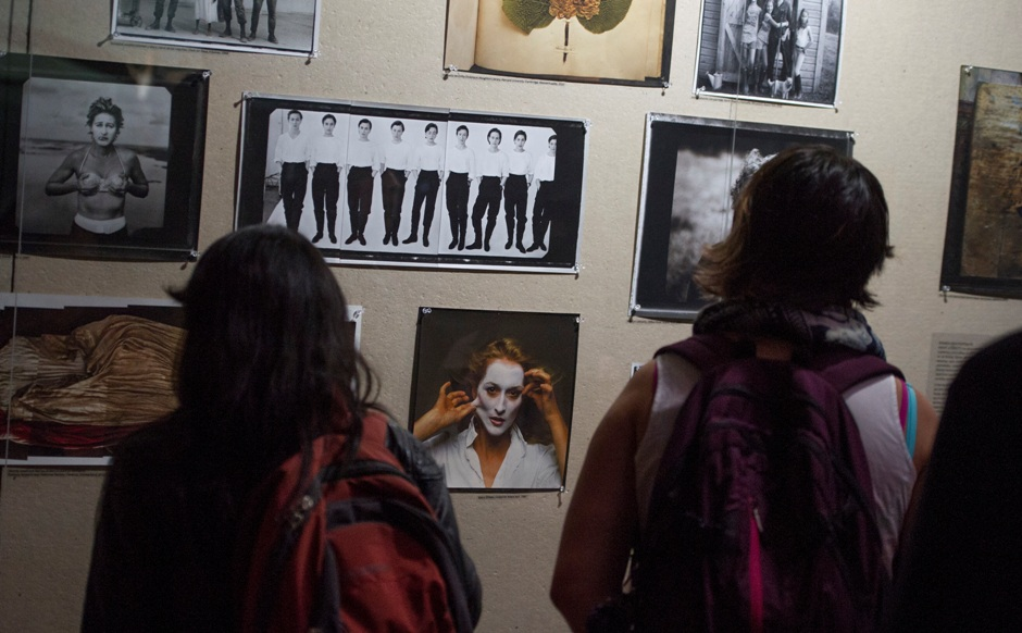 """Personas observan retratos de Annie Leibovitz durante un recorrido para prensa por la exposición """"Women: New Portraits"""" en la Ciudad de México el martes 5 de julio de 2016. La muestra presenta retratos de Leibovitz a mujeres destacadas incluyendo artistas, músicas, políticas y filántropas. Será inaugurada el 8 de julio. (Foto AP/Nick Wagner)"""