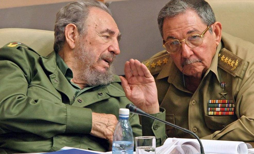 Fidel y Raul Castro, líderes de la revolución cubana. Foto de Archivo.