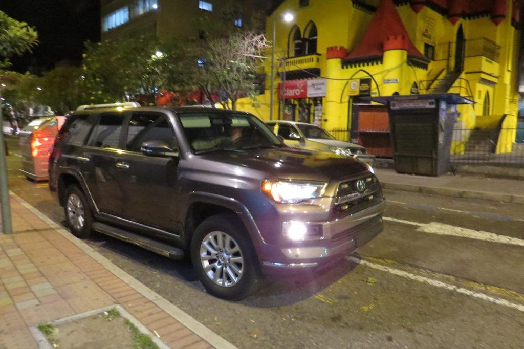 Automóvil sin placas parqueado afuera de la Dirección Nacional de Migración, la noche del 10 de julio del 2016.