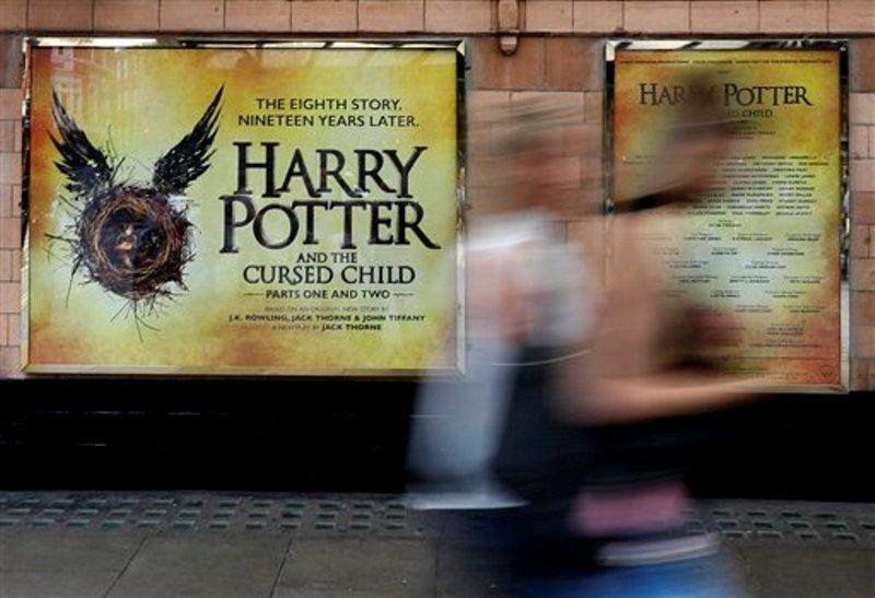 """En esta foto del jueves 28 de julio del 2016, el Palace Theatre en Londres muestra un anuncio de la nueva obra teatral de Harry Potter, """"Harry Potter and the Cursed Child"""" (""""Harry Potter y el niño maldito""""). La obra se estrena el sábado. La mayoría de los boletos ya están vendidos hasta diciembre del 2017. (AP Foto/Kirsty Wigglesworth)"""