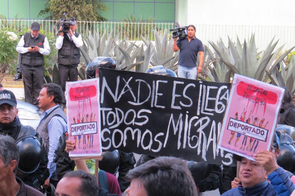 Plantón en favor de cubanos en proceso de deportación.