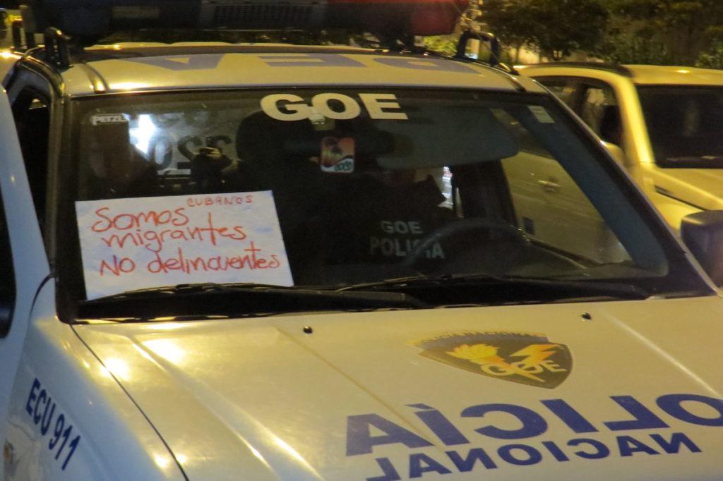 Defensores de derechos humanos colocaron cartel en apoyo a cubanos en un patrullero de policía, pasado varios minutos hasta que los efectivos se den cuenta y lo retiren.
