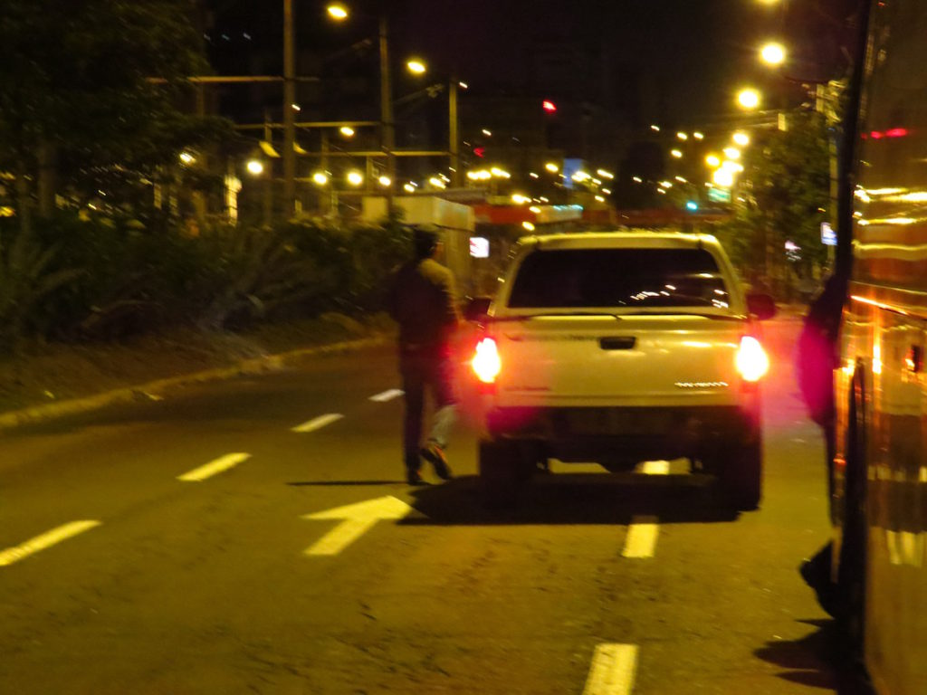 Camioneta sin placas desde donde se fotografió a personas a las afueras del Tribunal.