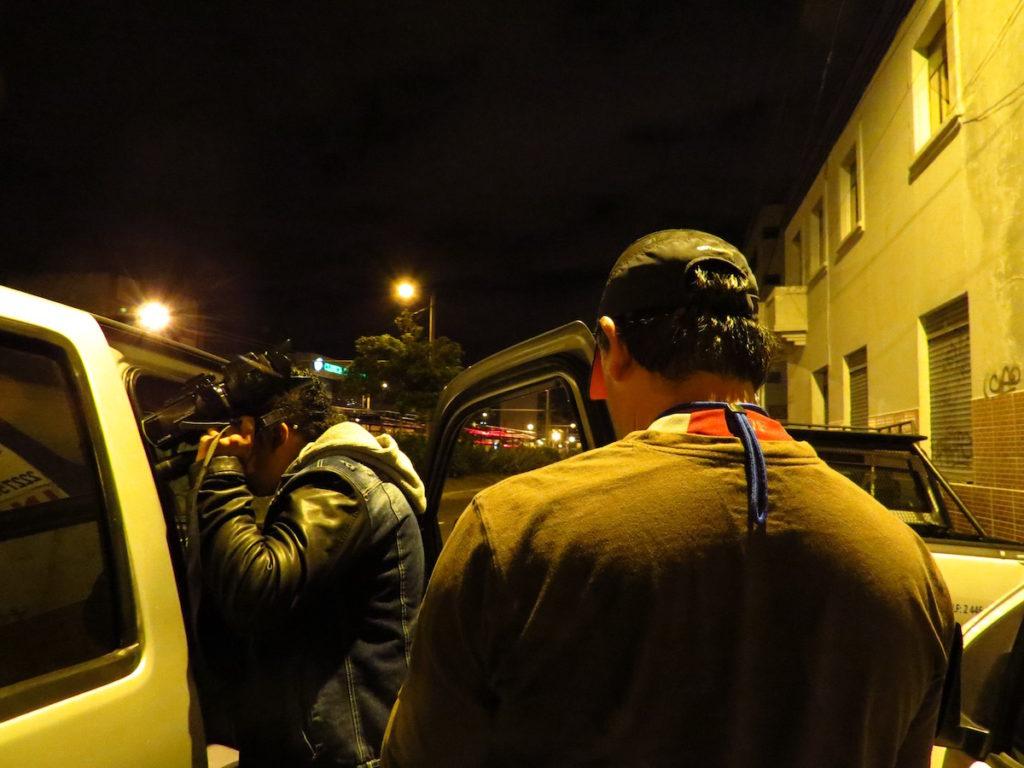 Personas que fotografiaron a periodistas, defensores de derechos humanos y familiares de detenidos, ocultando su rostro.