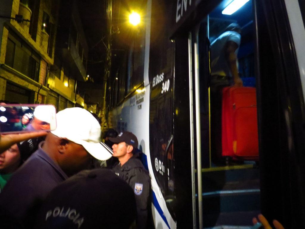 Uno de los primeros ciudadanos cubanos en subir al bus, tras la denegación del habeas corpus.